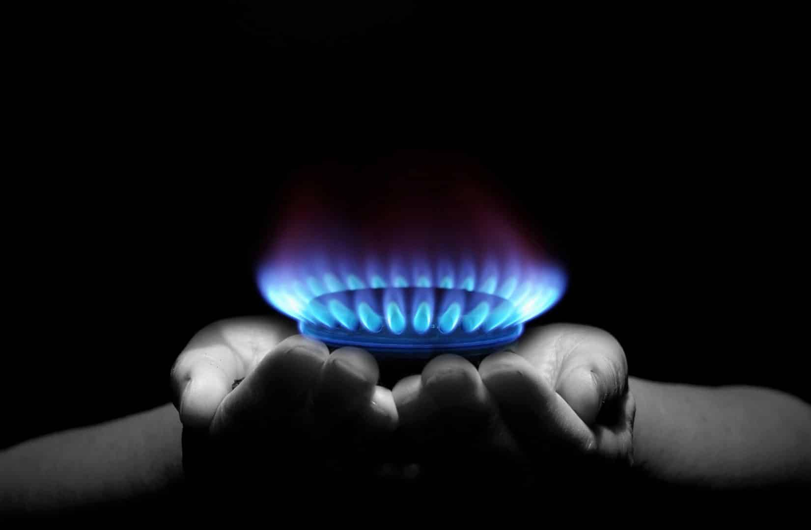 Mains tenant une flamme de gaz