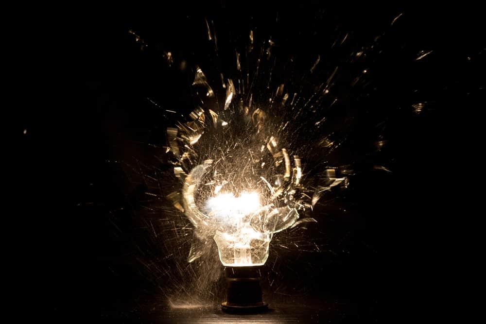 ampoule allumee qui eclate dans la nuit