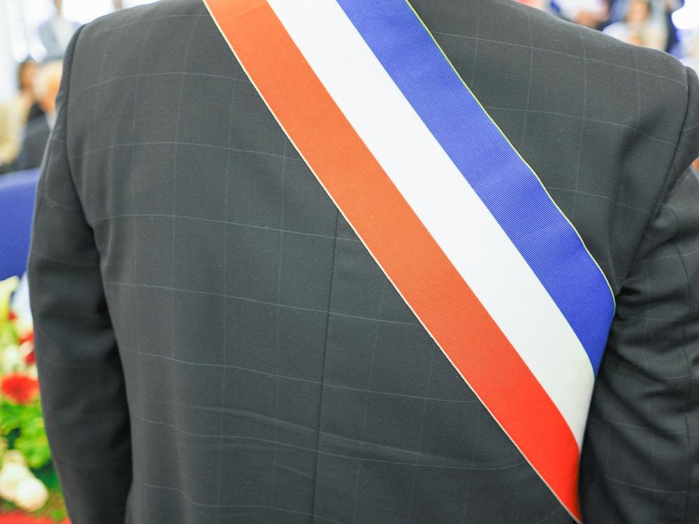 maire avec bandeau tricolore
