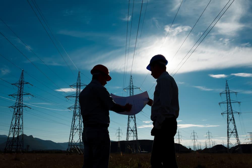 techniciens EDF avec casques devant lignes électrique